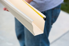 处理通过无缝塑造的工作者测量的雨天沟 免版税库存照片