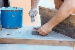 处理锤击钉子、大厦或者修理 免版税图库摄影