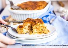 处理食物在一个白色碗的肉烤宽面条,意大利食物 库存照片
