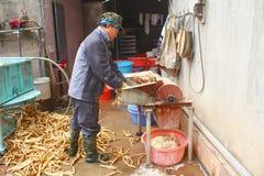 处理Kudzu面粉的人们 图库摄影