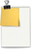 备忘录和贴纸由黏合剂夹子紧固了 免版税库存照片