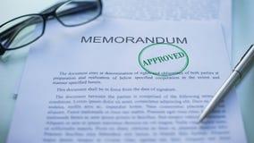 备忘录批准了,官员递盖印封印在商业文件 影视素材