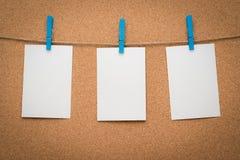 备忘录糊墙纸在绳索。 库存图片