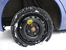 备用的临时轮胎使用 免版税库存图片