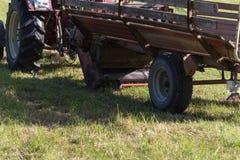 备草粮与一台老拖拉机的资深农夫 库存照片