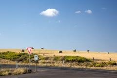 备草粮在领域由路在澳大利亚 免版税库存照片