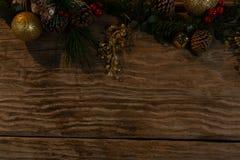 复制与土气圣诞节装饰品的空间 免版税库存图片
