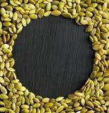 复制与由南瓜籽做的边界的空间背景 库存照片