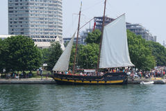 1812复制品在码头的帆船美国战争在都市市在多伦多彼得J Restivo 库存图片
