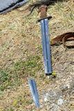 复制品残破一个在斯洛伐克在中世纪节日递了在挖掘时被找到的斯拉夫的剑显示了 免版税库存照片