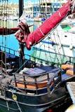 复制品海盗船在Benalmadena小游艇船坞,太阳海岸,西班牙 免版税图库摄影