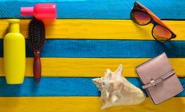 复制时髦辅助部件空间放松在海滩和秀丽的在一张黄色蓝色木桌上 免版税库存照片
