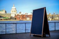 复制空间概念,泰晤士河背景 库存照片