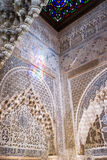 复杂伊斯兰教的雕刻在阿尔罕布拉宫宫殿,格拉纳达 库存图片