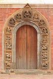复杂和美丽的门框在Patan,尼泊尔 免版税库存图片