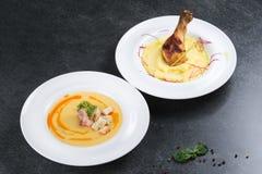 复杂晚餐 与鸡腿的土豆泥开胃在一块白色板材 免版税库存图片