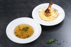 复杂晚餐 与鸡腿的土豆泥开胃在一块白色板材 免版税库存照片