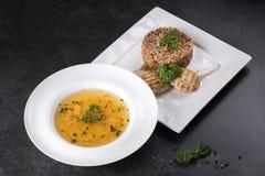 复杂晚餐 荞麦粥用在一块白色板材的饮食肉体贴供食 库存照片