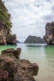 复杂石灰石围拢的小海湾,软的白色沙子海滩和绿宝石在装货海岛,泰国上色海 图库摄影