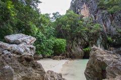 复杂石灰石围拢的小海湾,软的白色沙子海滩和绿宝石在装货海岛,泰国上色海 免版税库存图片