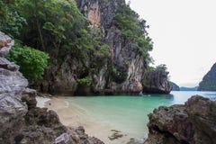 复杂石灰石围拢的小海湾,软的白色沙子海滩和绿宝石在装货海岛,泰国上色海 免版税图库摄影