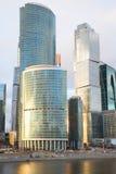 复杂莫斯科城市的大厦落日特写镜头的光芒的 图库摄影