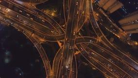 复杂路天桥在晚上 上海市 ?? 空中垂直的自上而下的看法 股票录像