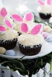 复活节与兔宝宝耳朵的巧克力杯形蛋糕 免版税库存照片
