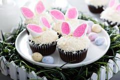 复活节与兔宝宝耳朵的巧克力杯形蛋糕 免版税库存图片