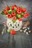 复活节与束的贺卡设计在土气b的红色郁金香 免版税库存图片