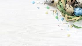 复活节与装饰的鹌鹑蛋在白色木背景 图库摄影