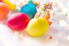 复活节五颜六色的蛋背景 在白色木背景的美丽的五颜六色的鸡蛋 免版税库存照片
