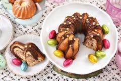 复活节传统蛋糕顶视图在欢乐桌上的 免版税图库摄影