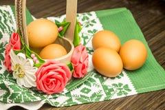 复活节俄国人静物画 在花篮子的鸡蛋,甜点,卷,为木背景的基于做准备 库存图片