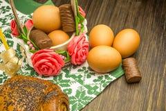 复活节俄国人静物画 在花篮子的鸡蛋,甜点,卷,为木背景的基于做准备 免版税库存图片
