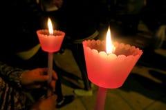 复活节假日在欧洲,在有一个蜡烛的教会里 免版税库存照片
