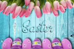 复活节假日有非常是复活节彩蛋和传神和快乐的颜色的典型口音 免版税库存照片