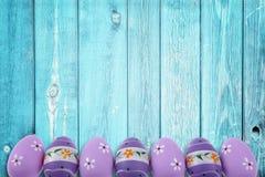 复活节假日有非常是复活节彩蛋和传神和快乐的颜色的典型口音 图库摄影