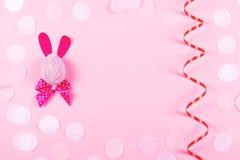 复活节兔子和蛇纹石在桃红色背景 图库摄影