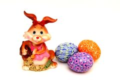 复活节兔子和被绘的鸡蛋-复活节标志 库存图片