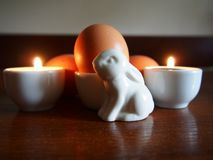 复活节兔子装饰品和鸡蛋 图库摄影