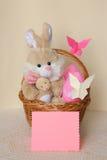 复活节兔子-看板卡,在篮子的鸡蛋-库存照片 图库摄影