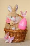 复活节兔子-看板卡,在篮子的鸡蛋-库存照片 库存图片