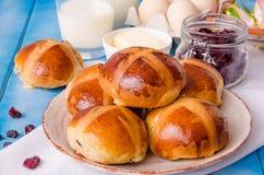 复活节十字面包用干蔓越桔和葡萄干 免版税库存图片