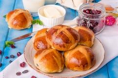 复活节十字面包用干蔓越桔和葡萄干 免版税图库摄影