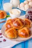 复活节十字面包用干蔓越桔和葡萄干 库存图片