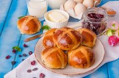 复活节十字面包用干蔓越桔和葡萄干 免版税库存照片