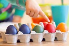 复活节在家绘天的鸡蛋 库存照片