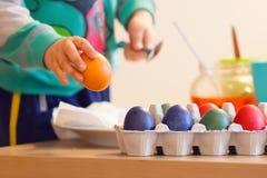 复活节在家绘天的鸡蛋 免版税库存图片