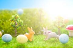 复活节在春天绿草的兔子玩具 童话 库存照片